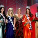 Miss São Paulo 2011, Marília Rafaela Butarelli; a 3ª colocada, Miss Atibaia, Milena Xeder; a apresentadora Adriane Galisteu; a Miss Jaú, eleita Miss São Paulo 2012, Francine Pantaleão; e a 2ª colocada, Miss Cordeirópolis, Layla Penas