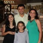 Claudio Rocha com sua esposa e filhas