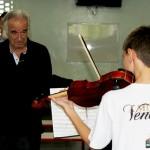 O maestro João Carlos Martins observando o solo de um aluno