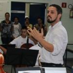 Um dos professores locais da orquestra