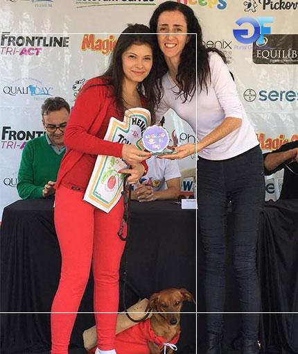 3-Melhor-Fantasia-Cão-e-Dono-2º-lugar-Cão-Poreto-com-Caroline-Okumura-e-FErnanda-Moreno